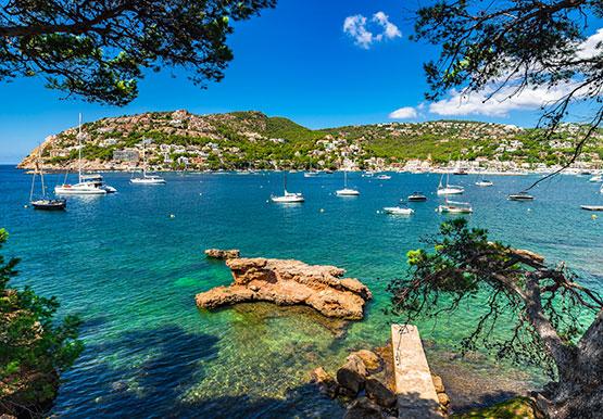Beautiful bay with boats at the seaside of Port de Andratx on Majorca | fotolia 171221919 ©vulcanus