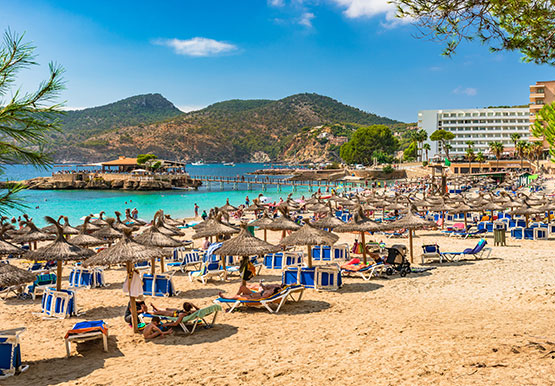 Summer holiday Spain Mediterranean Mallorca Beach in Camp de Mar | fotolia 164079117 ©vulcanus