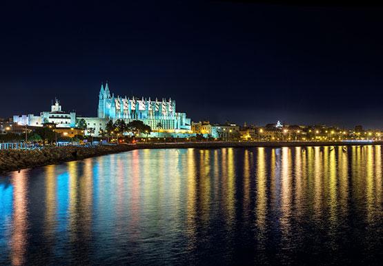 Nachtaufnahme Palma de Mallorca | fotolia 189630940 ©apfelweile